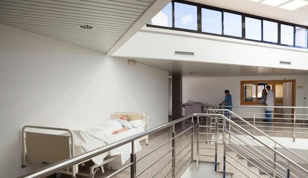 Patient, der im bett im korridor liegt