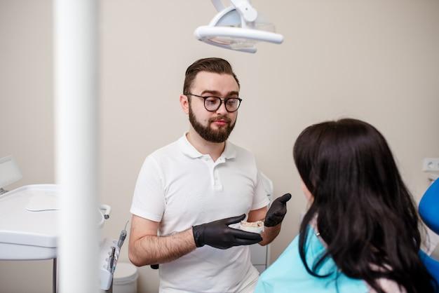 Patient der jungen frau an einer aufnahme am zahnarzt