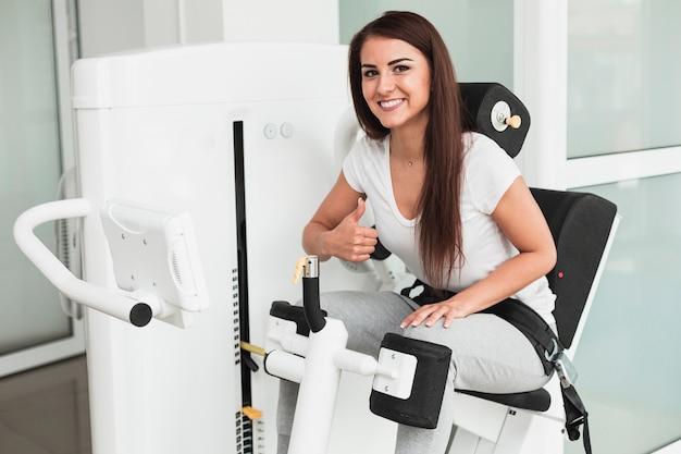 Patient, der medizinisches gerät verwendet und okayzeichen zeigt