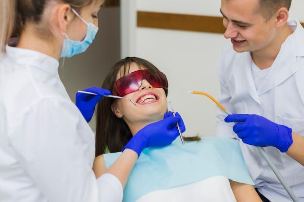 Patient, der verfahren am zahnarzt erhält