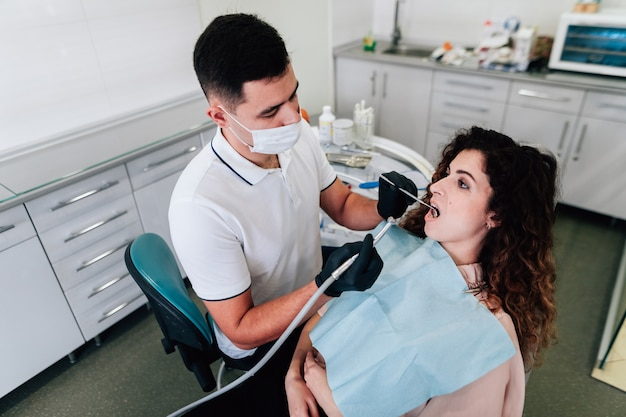 Patient, der zähne säubern am zahnarzt erhält