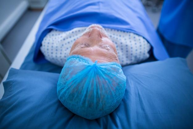 Patient entspannt sich auf dem bett im röntgenraum