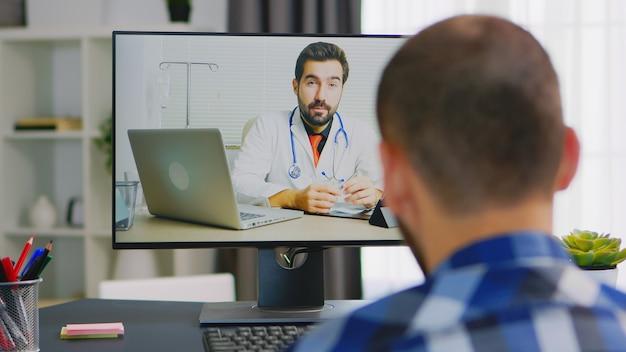 Patient im videoanruf mit arzt, der über seine rehabilitation spricht.