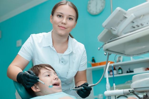 Patient im zahnarztstuhl teenie bei zahnbehandlung in der zahnarztpraxis