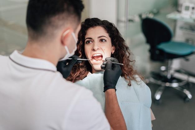 Patient in der zahnarztpraxis, die eine überprüfung hat