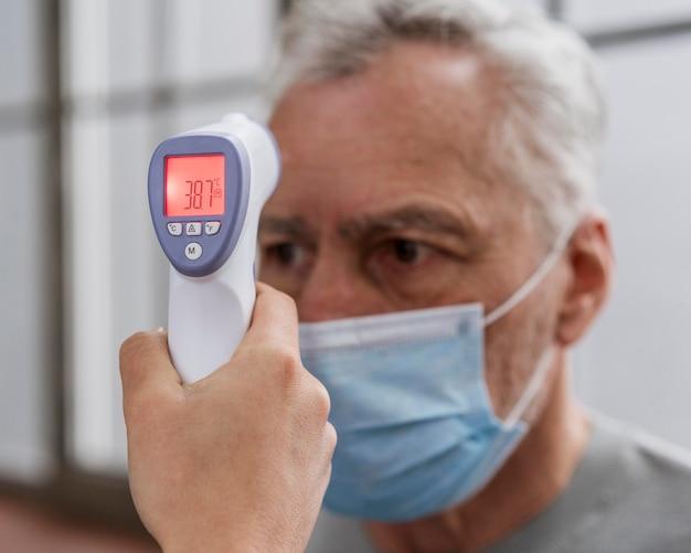 Patient lässt seine temperatur überprüfen