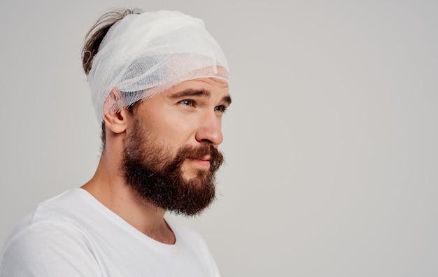 Patient mit bandagierten kopfgesundheitsproblemen unzufriedenheit trauma zentrum