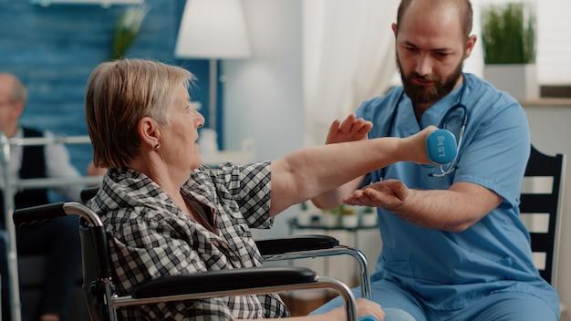 Patient mit chronischer krankheit macht körperliche übungen mit hanteln