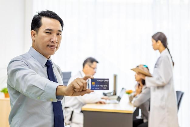 Patient mit kreditkarte für versicherungskonzept
