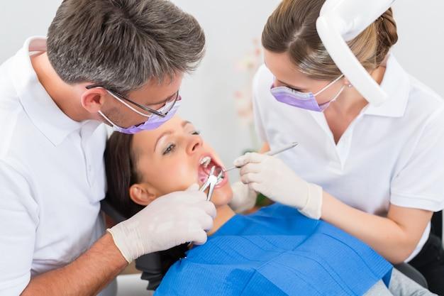 Patient mit zahnarzt - zahnbehandlung