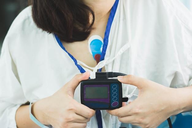 Patient trägt holter-monitor-gerät zur überwachung eines elektrokardiogramms 24 stunden herzuntersuchung
