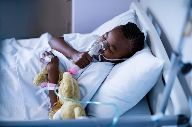 Patient trägt im schlaf eine sauerstoffmaske