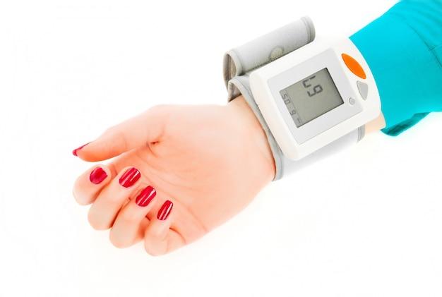 Patient überprüft den blutdruck