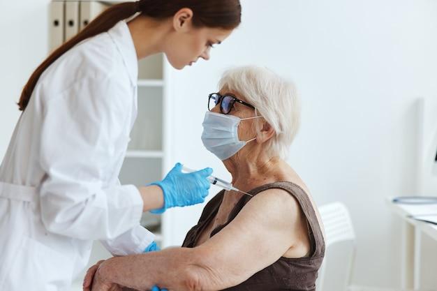 Patienten-covid-pass-medikamenteninjektion