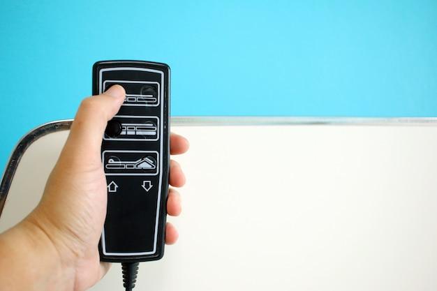 Patienten halten elektrische patientenbett anpassen fernbedienung im krankenhaus