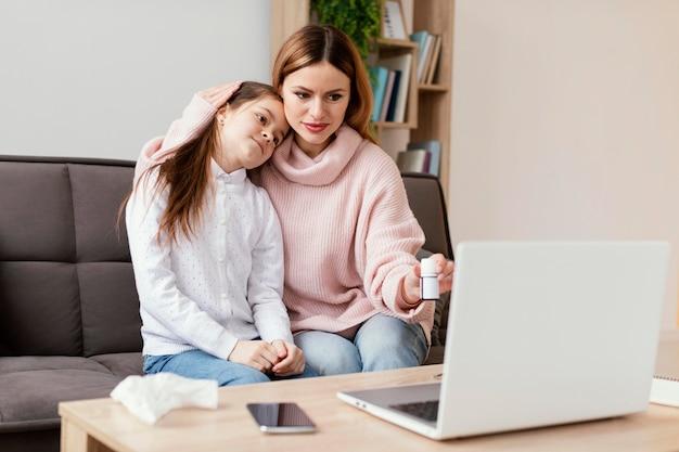 Patienten konsultieren arzt mit laptop