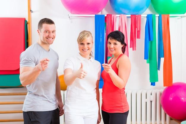 Patienten nach körperlichen übungen mit trainer
