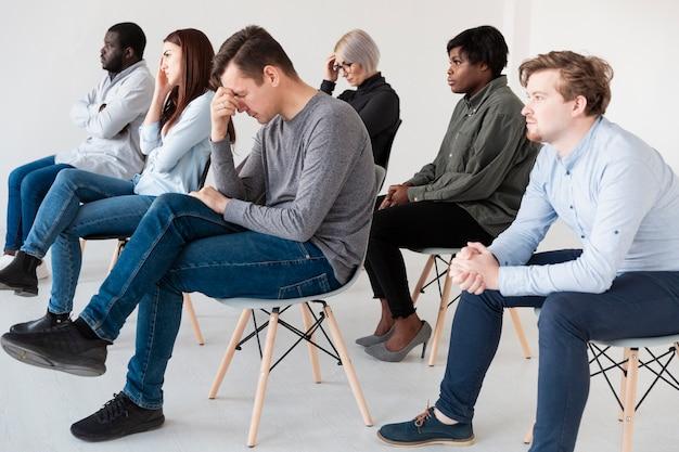 Patienten sitzen in einer rehaklinik