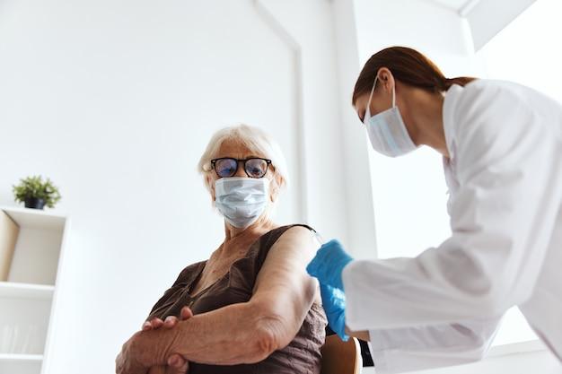 Patienten und arzt covid-19-pass-medikamenteninjektion. foto in hoher qualität