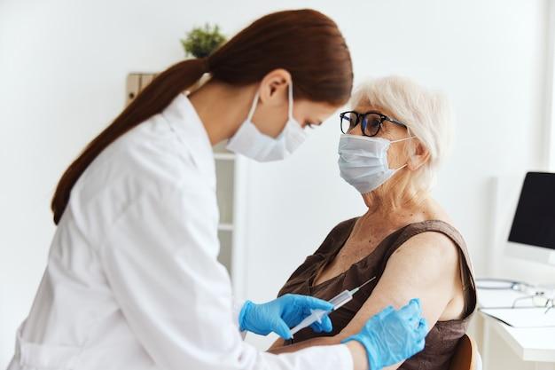 Patienten- und arzt-kovid-pass-medikamenteninjektion. foto in hoher qualität