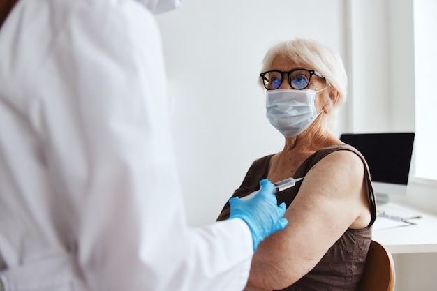 Patienten- und arztspritzeninjektions-impfpass-immunitätsschutz. foto in hoher qualität