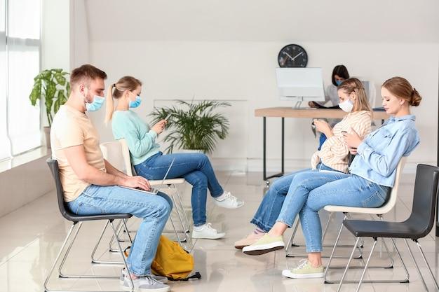Patienten warten in der halle der klinik auf ihr kommen turn