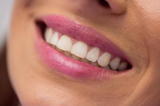 Patientin, die eine zahnbehandlung erhält