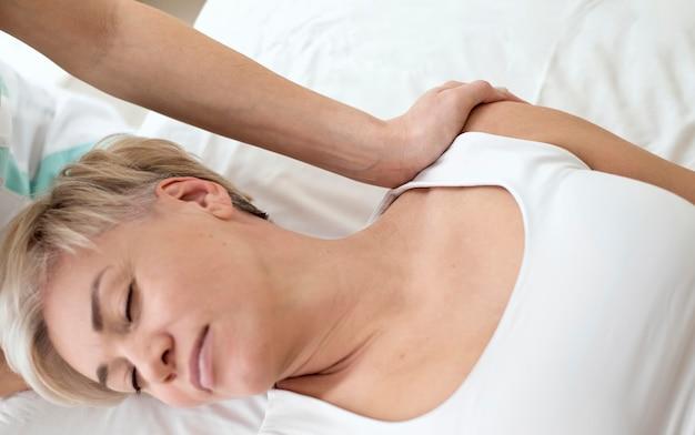 Patientin, die sich einer physiotherapie unterzieht