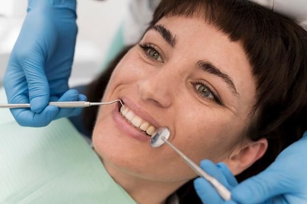 Patientin mit einem eingriff beim zahnarzt