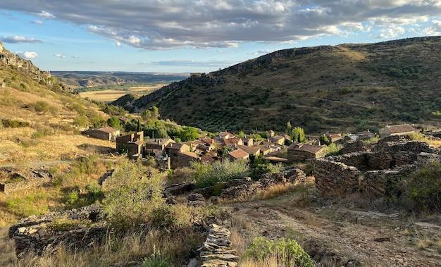 Patones de arriba ist ideal, um einen kurzurlaub in madrid zu machen und routen durch das historische zentrum zu genießen