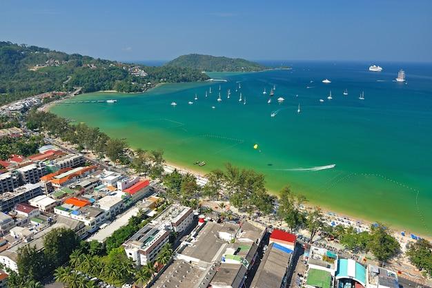 Patong tropischer strand von der luftaufnahme, phuket. thailand.