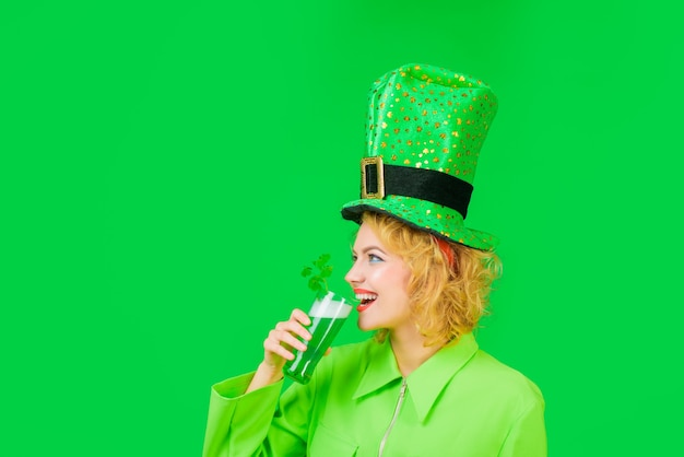 Patrick day pub party girl in grünem koboldhut trinkt grünes bier frau trinkt bierfrühling