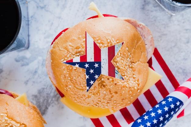 Patriotischer cheeseburger mit amerikanischer flagge
