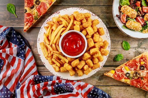 Patriotischer partytisch mit köstlichem essen für amerikanischen feiertag.