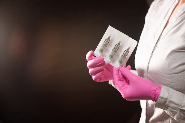 Patronen für tätowierungen in weiblichen händen dauerhafte tätowierung