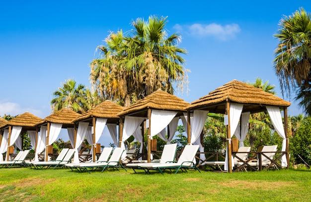 Pavillon am mittelmeer strand im sommer