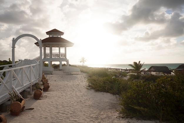 Pavillon am strand bei sonnenuntergang
