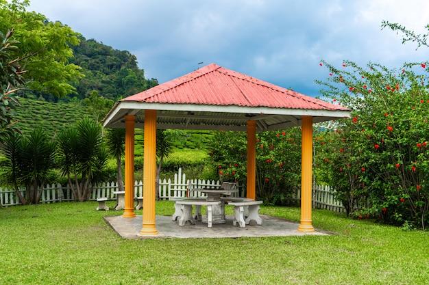 Pavillon an einem wunderschönen ort lebendiger grüner natur. gemütlichkeit und gelassenheit mit blick auf die grünen hügel.