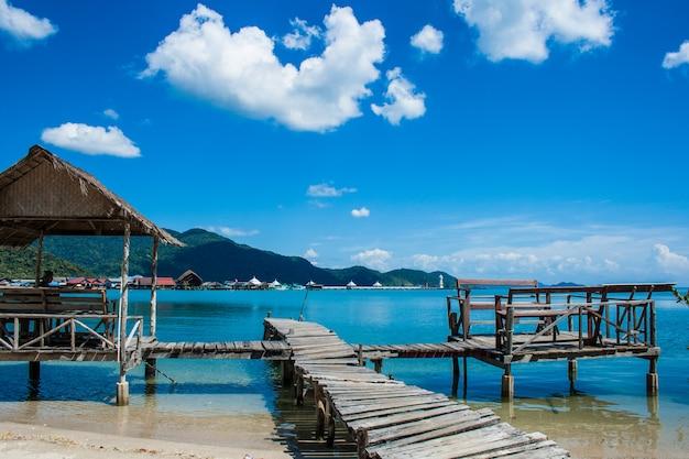 Pavillon auf der insel in thailand mit blick auf das meer