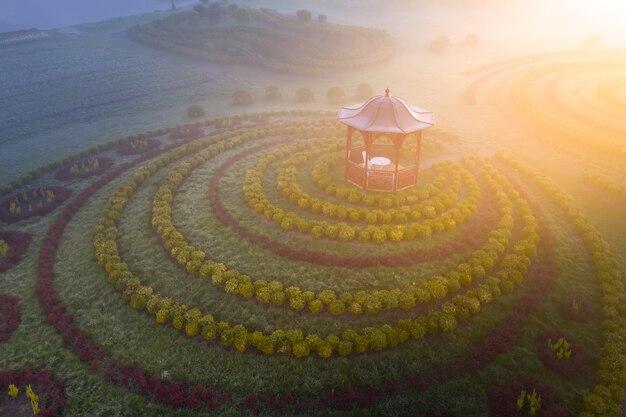 Pavillon im park im morgengrauen, ein großartiger ort zum entspannen, meditation und morgengymnastik