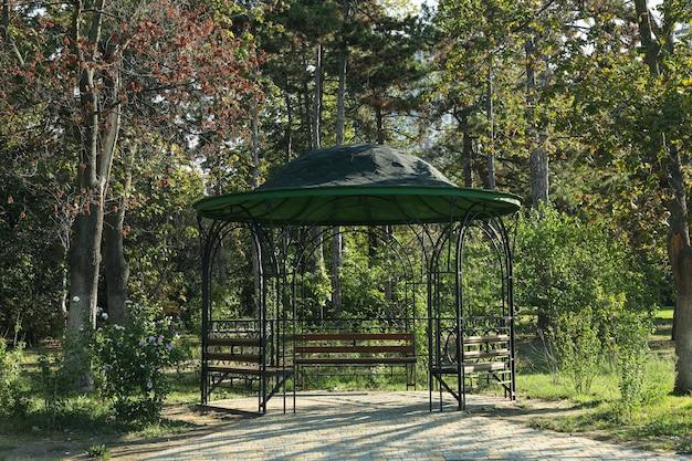 Pavillon im schönen stadtpark am hellen sonnigen morgen