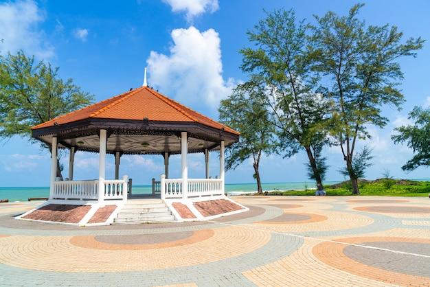 Pavillon mit seestrandhintergrund in songkla, thailand