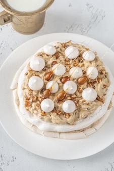 Pavlova-kuchen mit karamell und mandeln