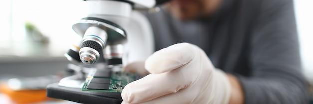 Pc-reparaturservice der männlichen arbeitskraft im weißen schützenden