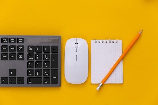 Pc-tastatur, maus, notebook auf gelb