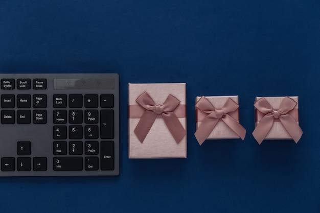 Pc-tastatur mit geschenkboxen in klassischem blau