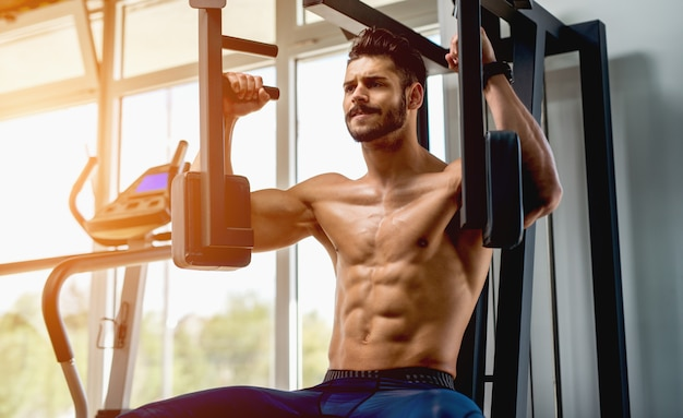 Pec deck maschine. brusttraining. gesunder lebensstil. oberkörper trainieren.