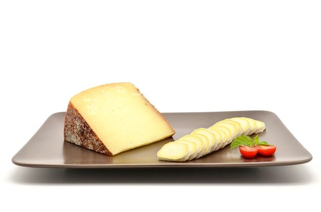Pecorino di pienza typisch italienischer schafskäse und geschnittener camembert