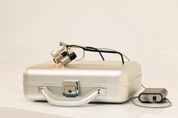 Pectacles vergrößerungsfernglas für die zahnchirurgie.