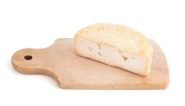 Pecurino-käse auf schneidebrett auf weißer oberfläche